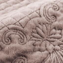 ふんわり起毛キルトカバー マルチカバー (ア)グレイッシュブラウン 温かくソフトな起毛生地で、座った時にひんやりしにくいのもうれしい。