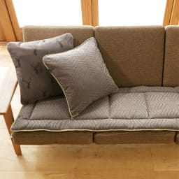 スペイン製ジャカード織りトナカイ柄シートクッションシリーズ シートクッション(厚さ約3.5cm) コーディネート例(ア)ブラウン 裏 ※お届けはシートクッションです。