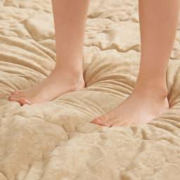 包まれてくつろぐふかふかのごろ寝ソファ ごろ寝ソファ 小 カバーはなめらかなスエード調生地。厚みたっぷりのウレタンでふっくらとした肌触り。ドタバタ音も吸収し、床冷え感も大幅に軽減。