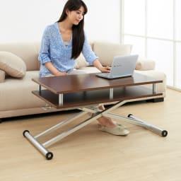 棚付き昇降式テーブル 幅120cm (イ)ウォルナット 天板高さを低すれば、ソファーやクッションと合わせて使えるフロアテーブルとして使えます。  ※高さ47cm時