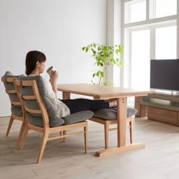 包まれる座り心地のリビングダイニング ダイニングセット お得な4点セット テーブル+チェア2脚組+ベンチ (ア)ナチュラル/グレー チェアとベンチチェアは中身にウレタンフォームがしっかり入っているので、ソファのような座り心地。