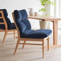 包まれる座り心地のリビングダイニング チェア2脚組 コーディネート例(イ)ブルー まるで北欧のインテリアのような柔らかで心地よい空間を演出します。 ※お届けはチェア同色2脚組です。