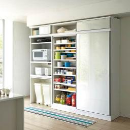 大型パントリーシリーズ スライド収納庫 板扉 幅118cm 大きな扉を開ければキッチンの収納物を一覧できるので、効率が良く管理ができ買い忘れ防止にも。 ≪シリーズ組合せ例≫ ※写真の天井高さ210cm ※写真は同シリーズ品幅148cmです。