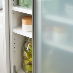 大型パントリーシリーズ スライド収納庫 ガラス扉 幅118cm 乳白ガラスで、収納物をうっすらと隠すことができます。