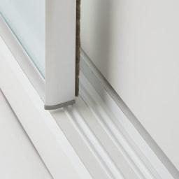 大型パントリーシリーズ スライド収納庫 ガラス扉 幅118cm 引き戸はレール付で開閉スムーズです。