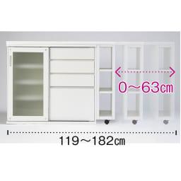 幅調節でぴったり設置!片引き戸スライド伸長式カウンター ガラス扉 家電収納タイプ 【天板は無段階でスライド伸長】天板の脚部はキャスター付きで、左右どちらにも無段階でスライド可能です。(※写真はガラス扉 引出収納タイプ)