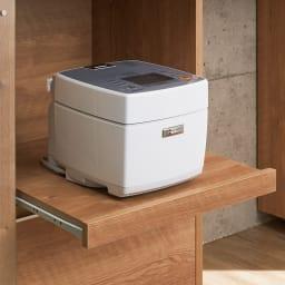 幅調節でぴったり設置!片引き戸スライド伸長式カウンター ガラス扉 家電収納タイプ 炊飯器など蒸気の出る家電は、スライド棚に。