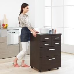 【分類して効率収納】引き出しいっぱいステンレストップカウンター 幅89cm 幅60タイプはキッチンワゴンとしても活躍します。 (イ)ダークブラウン