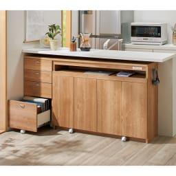 スライドテーブル付きカウンター下収納庫 幅120cm コーディネート例(イ)ブラウン [テーブル・扉収納時]天板をしまえばシンプルな収納庫に。リビングの家具とも調和するデザイン。