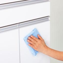 ふた開閉ゴミ箱付き家電収納庫 2分別 ミドルタイプ 幅51.5cm高さ139cm奥行42cm 前面は光沢があり、汚れがサッと拭き取れるお手入れしやすい素材です。