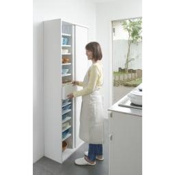 棚板たっぷりラクラク引き戸食器棚 幅60cm・奥行39cm 色見本(ア)ホワイト キッチンやダイニングにうれしい!開閉に場所を取らない引き戸式のキッチン収納です。 ※写真は幅75cm・奥行29cmタイプです。
