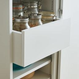 棚板たっぷりラクラク引き戸食器棚 幅90cm・奥行39cm 中央には奥の物が取り出しやすいスライドトレー付きです。取り出しやすい腰の高さに設定しています。