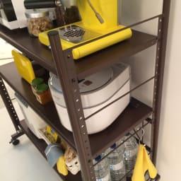 幅と高さが伸縮するキッチンラック 3段 棚板の高さは3.5cm間隔で調整できます。
