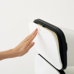 省スペース!高機能インテリアタワーダストボックス 3段・高さ97cm フタは両手がふさがっていても簡単に開けられるプッシュオープン式。