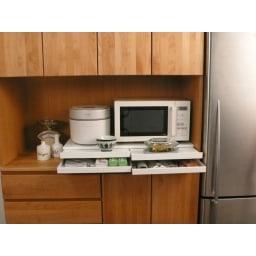 家電周りでの調理をサポートするレンジ下スライドテーブル 引き出し付き 幅80高さ10cm レンジ周りのちょっと置きスペースが手軽につくれます。