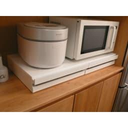家電周りでの調理をサポートするレンジ下スライドテーブル 引き出し付き 幅80高さ10cm 使用しない時にはテーブルをしまってフラットにしておけて省スペース。
