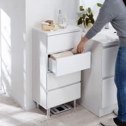 組立不要 お掃除しやすい 湿気も気にならない 多段すき間チェスト 4段・幅29.5奥行44.5cm 高さ90cmは洗面台と同じ高さなのでかがまず、もう一つの作業台、ちょい置き場としても便利に使えます。
