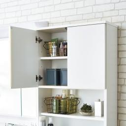 家電が使えるコンセント付き 多機能洗面所チェスト 幅52.5cm 上部扉の中は6cm間隔で高さが調節できます。(※写真は幅60cmタイプです)