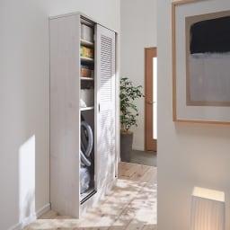 引き戸ルーバー洗面所収納庫 幅60cm ※設置イメージ(商品は幅90cmタイプです) 薄型なので廊下にも設置できます。