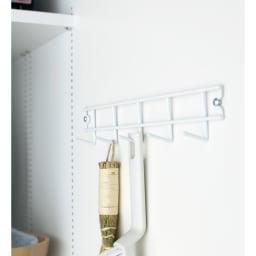 組立不要 たっぷりハウスキーピング収納庫 幅75・奥行55cm 扉内側にモップなどの収納に便利なフック付きです。