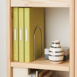 お片付けが楽しくなる杉天然木のブックラック 幅80cm 【可動式ブックエンド付き】並べた本が倒れず、気持ちよく整理整頓できます。