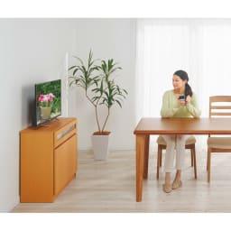 【完成品・国産家具】ベッドルームで大画面シアターシリーズ テレビ台 幅120高さ70cm 高さ70cmはダイニングにもおすすめです。一般的なダイニングテーブルの高さとほぼ揃うので、無理のない姿勢で視聴できます。