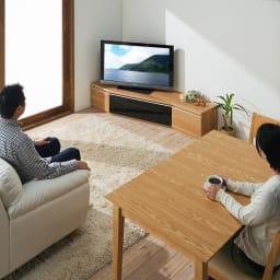 住宅事情を考えた天然木調コーナーテレビ台 左コーナー用 幅123.5cm コーディネート例(ア)ナチュラル コーナータイプなので、リビングのソファと、ダイニングテーブルの両方から見やすい角度にテレビを変えることができます。 ※写真は幅165cmタイプです。