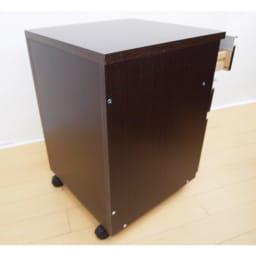 奥行たっぷりデスク3点セット パソコンデスク幅140cm 付属のチェスト・ラックも背面は化粧仕上げ。