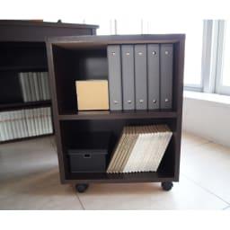 奥行たっぷりデスク3点セット パソコンデスク幅140cm 付属のラックは頻繁に取り出す本の指定席に。