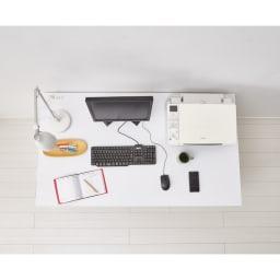 奥行たっぷりデスク3点セット パソコンデスク幅140cm 奥行がたっぷりなので、プリンターなどを置いても作業スペースが広々。天板耐荷重も約50kgと頑丈です。