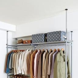 ウォークイン突っ張りハンガー 幅78~128cm・ハイタイプ(高さ218~280cm)カーテンなし 突っ張りは4本別々に高さが調節でき、梁の段差にも対応します。