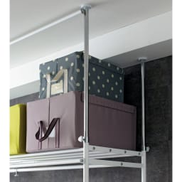 上下・左右カーテン付き ホワイトハンガーラック 引き出し付き・ロータイプ(幅170~238cm) 天井の段差や梁にも対応する突っ張り式のハンガーラックです。