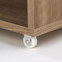 薄型で隠せる収納 衣類収納ロッカー ハンガータイプ 頑丈な小型キャスターでスムーズに出し入れ可能。