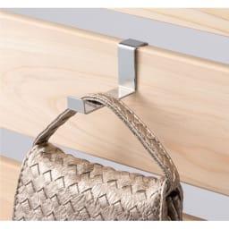 国産檜 壁面突っ張りウッドパネル 幅60cm フックはお好みの位置にセットできます。バッグや帽子など見せる収納もおしゃれです。