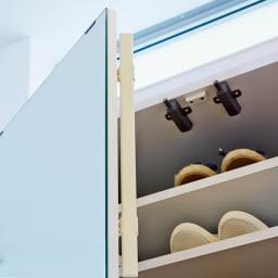 美しく飾れる壁面シューズクローゼット オーダー上置き(3枚扉) 幅119.5cm高さ26~90cm 扉はオートヒンジ付き。ホコリの侵入を防いで靴を大切に保管できます。