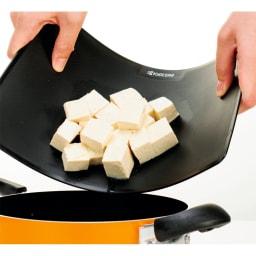 京セラ包丁&まな板3点セット 食材が見やすい黒。曲がるので移すのもラク。