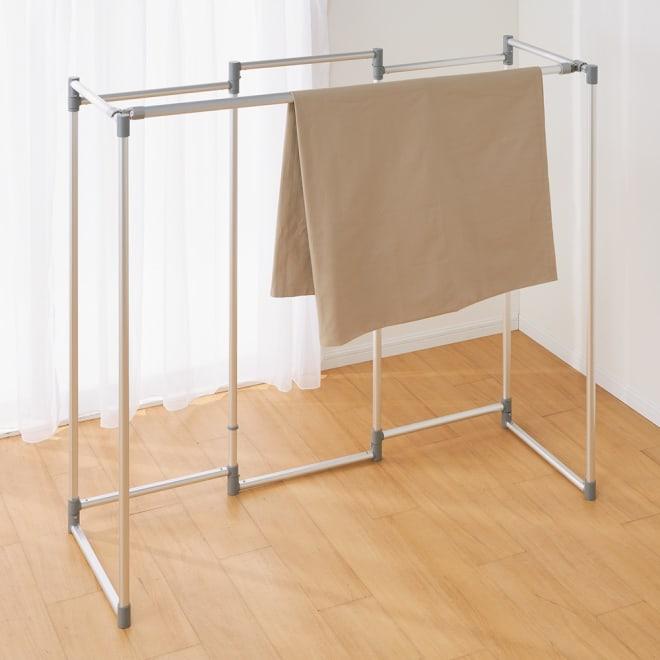 スタイリッシュアルミ物干し 竿付き5連 (ア)シルバー コの字型にして竿を付けると幅約136cmに。シーツも干せます。