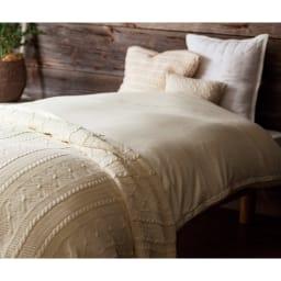 羽毛布団の軽さとふくらみを引き立てる やわらか超長綿の掛けカバー 使用イメージ(イ)ベージュ ※お届けは掛けカバーです。写真はシングルロングサイズです。