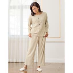 発熱するコットン「デオモイス」小物シリーズ フランネルニットのパジャマ (ア)ベージュ 「デオモイス」寝具シリーズと同素材の発熱するコットンのパジャマ。バックはお尻が隠れるようなデザインになっているので腰回りもポカポカあったか。