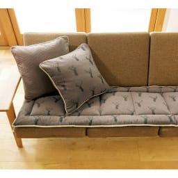 スペイン製ジャカード織りトナカイ柄シートクッションシリーズ シートクッション(厚さ約3.5cm) コーディネート例(ア)ブラウン 表 ※お届けはシートクッションです。
