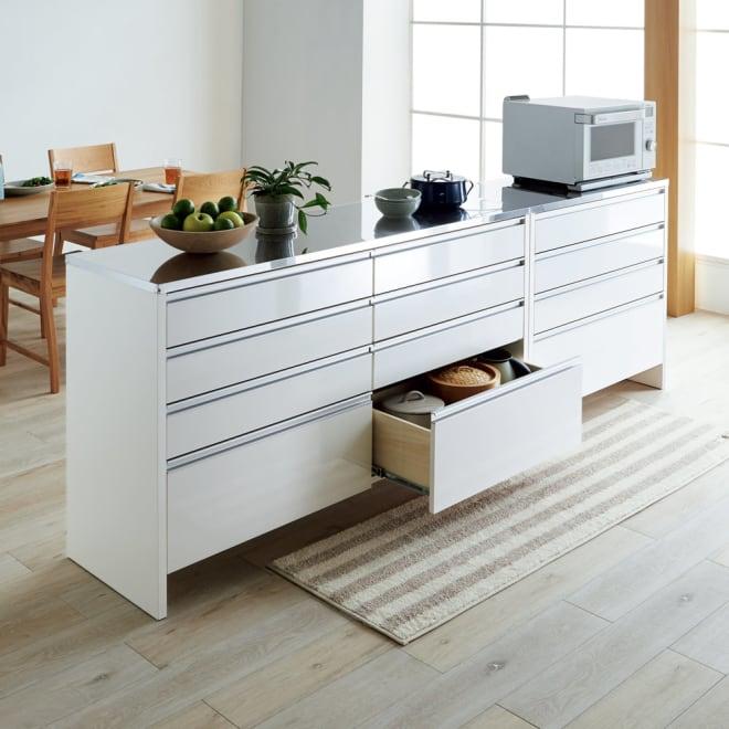 ステンレストップ間仕切りカウンター 幅90cm こだわりの脚部高さ設計で、床のお掃除が簡単なアイデア収納。※お届けは写真右奥の幅90cmタイプです。