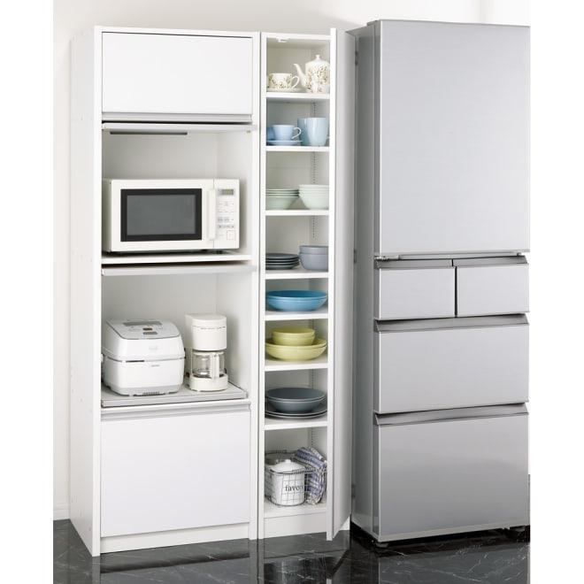 食器に合わせて選べる食器棚 幅35cm奥行42cm高さ180cm コーディネート例 冷蔵庫と家電収納庫の間の余っている空間に、食器専用のすき間収納として。 ※お届けは中央の食器棚のみです。左の家電ストッカーは別商品になります。(レンジや家電が隠せる シンプル家電収納ストッカーレンジ台 高さ180cm)