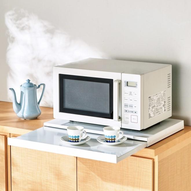 家電周りでの調理をサポートするレンジ下スライドテーブル 幅55高さ4.5cm 使用イメージ
