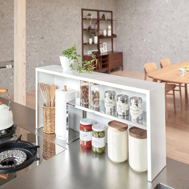 手元が隠せるカウンター上収納 幅75cm ダイニングから手元が見えず、調味料やキッチンツールも目隠ししながら使いやすい場所に収納できます。