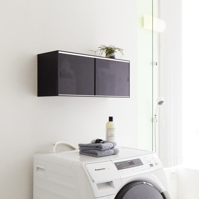 爽やかに隠せるアクリル吊り戸棚 幅60cm (ア)スモークグレー 壁面に取り付けられる吊り戸棚。洗濯機上などにたっぷり収納できる幅90cm。