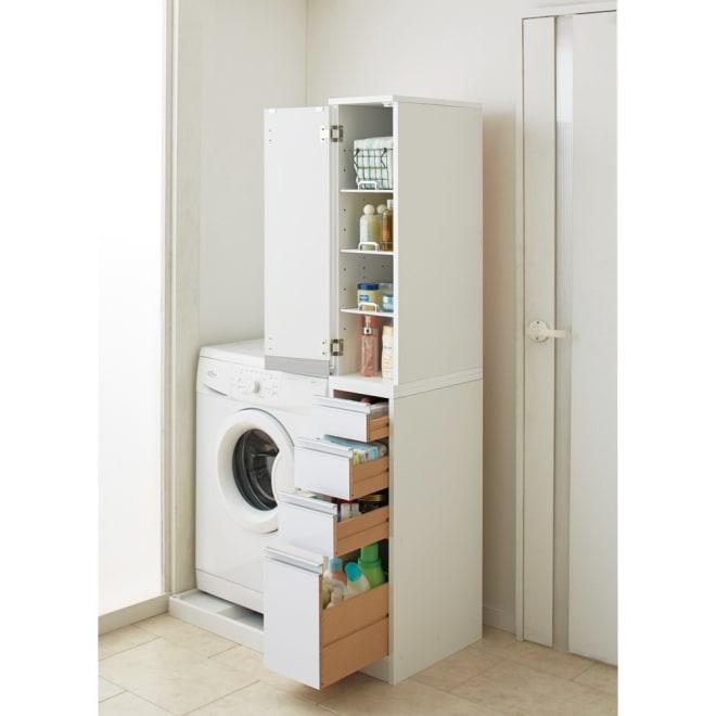 豊富なサイズから選べる 光沢仕上げすき間収納庫 幅25cm・奥行55cm わずかなスペースに、洗剤ボトルやストック、コスメや生活雑貨をまとめて収納。 ※写真は幅25奥行45cmタイプです。