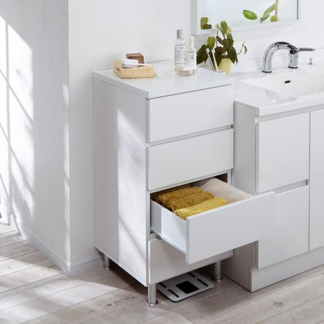 組立不要 お掃除しやすい 湿気も気にならない 多段すき間チェスト 4段・幅44.5奥行44.5cm 幅44.5cmは脱衣所の収納はもちろん、リビング用のチェストやタンスとしてもご利用できる収納力が自慢です。