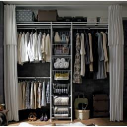 上下・左右カーテン付き ホワイトハンガーラック 引き出し付き・ロータイプ(幅170~238cm) リビングにも寝室にもマッチする白の統一感。お気に入りの洋服がたくさん掛けられるワードローブです。 ※写真はハイタイプです。ロータイプは引き出しが6段になります。