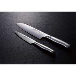 HENCKELS/ヘンケルス 三徳包丁&ペティナイフ 上から、三徳包丁…継ぎ目なしで衛生的なフルメタルナイフ。 ペティナイフ…持ちやすくて手にフィットするハンドルシェイプ。