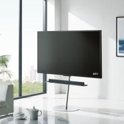 スマートテレビスタンド ハイタイプ(24~45V対応) 使用イメージ(ア)シルバー  ※写真はラージタイプです。棚板は別売りの『ラージタイプ専用 サウンドバー棚板』を使用しています。